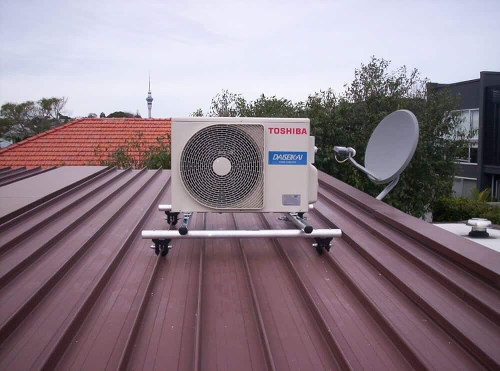 unité extérieure de clim posée sur un toit