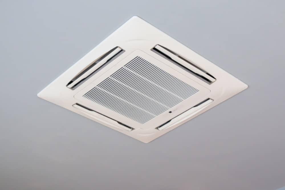 Bouche d'aération de climatiseur au plafond gris